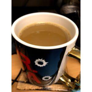 ¨Ενα φλιτζάνι με ρόφημα φτιαγμένο με το υποκατάστατο καφέ. Το ρόφημα έχει ίδιο χρώμα και υφή με τον πραγματικό καφέ