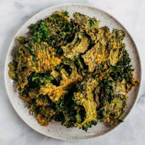 Kale chips λαχανίδας σε πιάτο μια πρόταση σερβιρίσματος