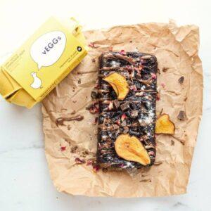 Κορμός γλυκό σοκολάτας φτιαγμένο με το vEGGs πάνω σε λαδόκολλα