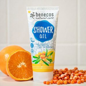 Αφρόλουτρο με βιολογικό ιπποφαές & βιολογικό πορτοκάλι Benecos 200ml σε σωληνάριο με φέτες πορτοκάλι και καρπούς ιπποφαούς στο φόντο