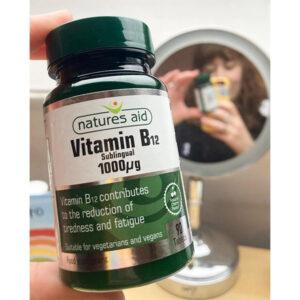 Βιταμίνη B12 υπογλώσσιο 1000μg Natures Aid 90 δισκία μπροστά από καθρέφτη